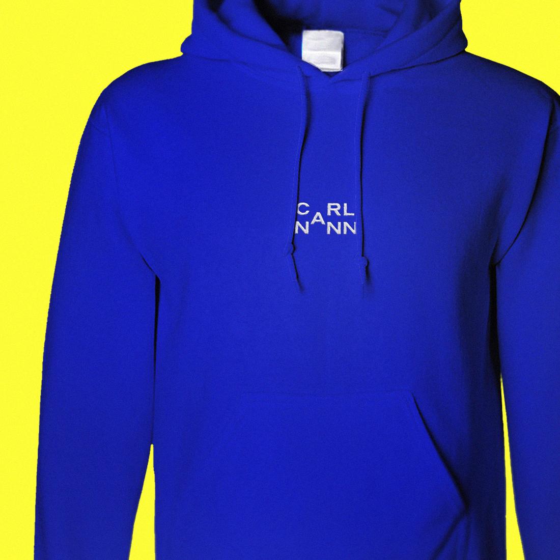 Blauer Hoodie mit weißem CarlNann Logo auf gelbem Hintergrund