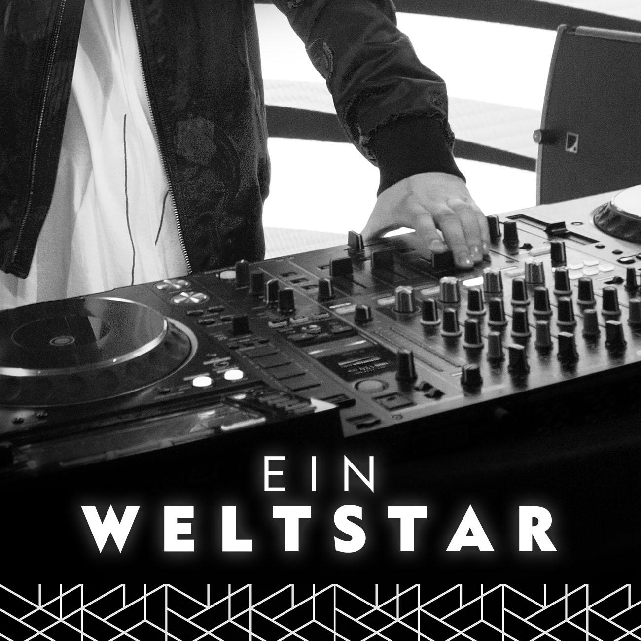 DJ Pult mit Hand in schwar weiß