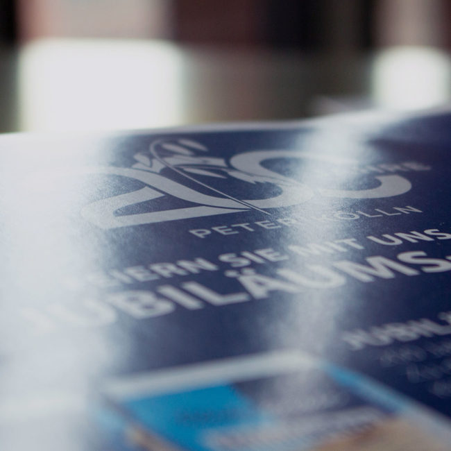 Broschüre 200 Jahre Peter Kölln mit Lichtspiegelung